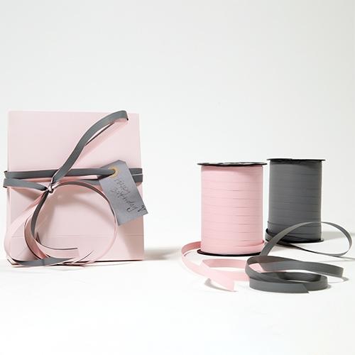 Presentpåse papper med etikett och presentband